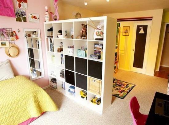 Шкафчик с полочками в виде перегородки между прихожей и спальным местом
