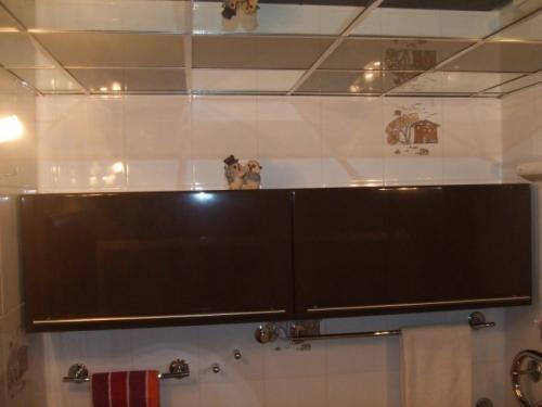 Зеркальный потолок зрительно увеличивает размер комнаты